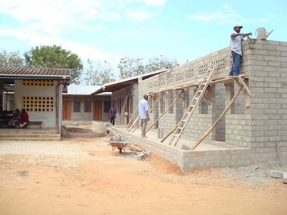 Einheimische Arbeiter beim Erweiterungsbau der Klinik - Tansania Foto: Alois Schreiner