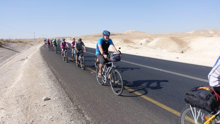 Die Radler auf der glühend heißen Jordanstraße in Israel.
