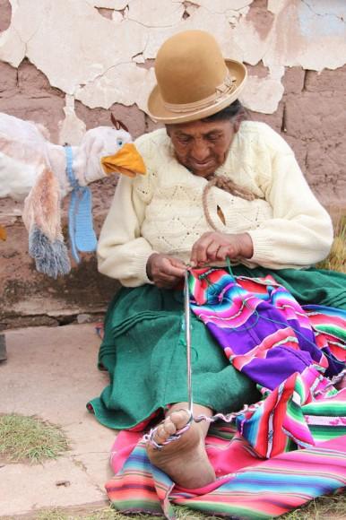 Jhaynel zeigt mir, wie ihre Oma diese Kleidung herstellt. Die Tuecher und der Hut werden aus Schafwolle gemacht. Jhaynels Oma macht das richtig gut. Man sieht, dass sie das schon sehr oft gemacht hat. Das finde ich richtig toll und ich darf es auch einmal probieren. Foto: www.sternsinger.de