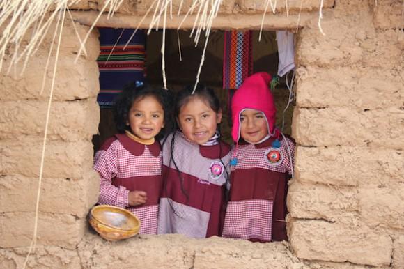 Draussen auf dem Spielplatz des Kindergartens befindet sich ein traditionelles Minispielhaus. Hier zeigen mir Jhaynel und ihre Freunde, wie sie auf dem Dorf leben und wie auf einem Holzofen gekocht wird. Foto: www.sternsinger.de